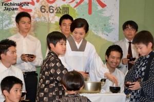 子供たちにお汁粉を振舞う姿は、おかあさんそのもの。鈴木京香と子役たち
