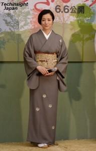 記念に作ったという桐の柄の着物を披露した 鈴木京香