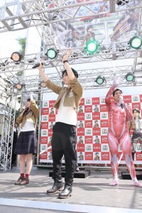 観客に手を振る石川由依、梶裕貴、篠原信一