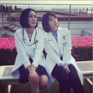 早朝ロケで眠そうな板谷由夏と石田ゆり子(画像は『板谷由夏 Instagram』より)