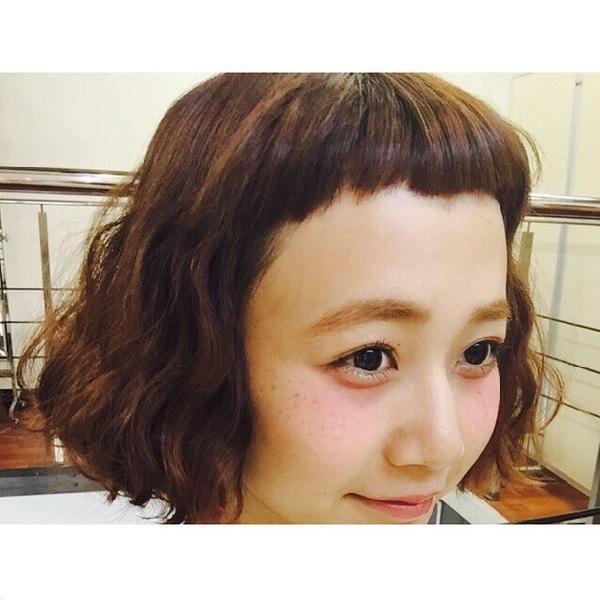 バッサリ前髪の三戸なつめ(画像は『instagram.com/mito_natsume』より)