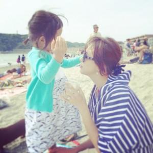 【エンタがビタミン♪】SHIHO、愛娘とビーチで爽やかツーショット。「可愛い」とファンを魅了。