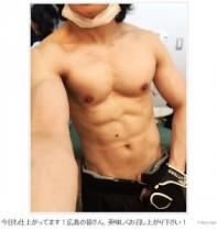 """【エンタがビタミン♪】西川貴教がバキバキの腹筋を公開。""""声量おばけ""""の秘密は強靭な肉体にアリ。"""