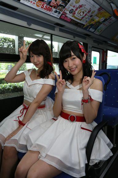 """AKB48 総選挙ver""バスのシートに座る柏木由紀と指原莉乃"