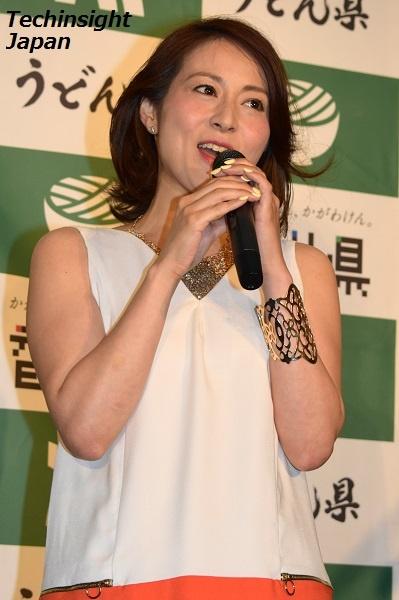 アカペラで歌を披露する、木内晶子さん