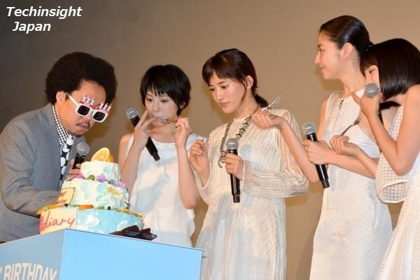 """綾瀬はるか特製バースデーケーキ""""海辺の朝日""""を試食するキャストたち"""