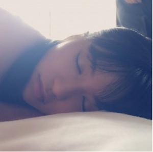 【エンタがビタミン♪】板野友美がこじるりの寝顔を公開。超レアショットに「ともちんに似てる」の声も。