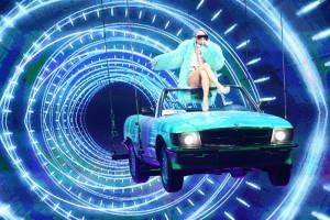 宙づりのオープンカーで登場した倖田來未