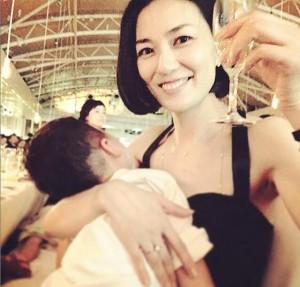 """【エンタがビタミン♪】板谷由夏の""""子連れ結婚式""""姿が素敵。「セクシー&男前なママ」と絶賛。"""