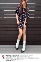 """【エンタがビタミン♪】神田沙也加の""""Tシャツ ミニワンピ""""姿に「毛利蘭並の足の細さ」「はいてないのかとビックリ!」"""