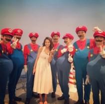 """【エンタがビタミン♪】河北麻友子、7人の""""マリオ""""に囲まれ笑顔。芸人から「スーパーマリオ」の魅力を学ぶ。"""