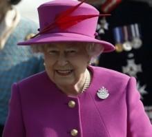 【海外発!Breaking News】エリザベス女王に敬礼した兵士。側にいた少女の頭に手がバシーン!