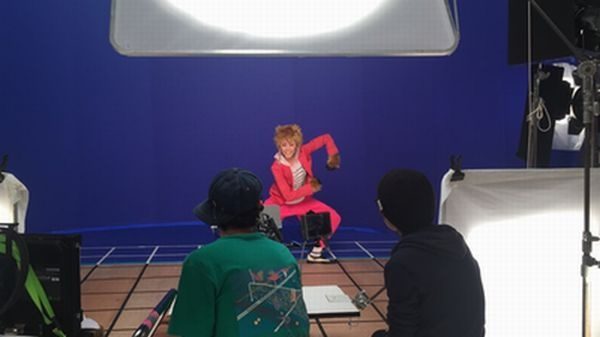 サルの姿で踊るシーンを撮るMiracle Vell Magic