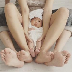 """【エンタがビタミン♪】アンガ・山根、娘も一緒の家族写真を公開。""""素敵なパパぶり""""を称賛する声が続々。"""