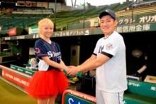 """【エンタがビタミン♪】Dream Amiが人生初の始球式。""""高橋朋己捕手""""へ向けてワンバウンドながらも「90点!」と納得。"""
