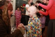 """【イタすぎるセレブ達・番外編】ジョニー・デップ""""ジャック・スパロウ""""の姿で豪・小児病院を訪問。"""