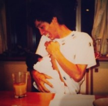 【エンタがビタミン♪】IMALU、父・明石家さんまの還暦を祝う。乳児期の微笑ましいツーショットも。