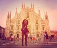 """【エンタがビタミン♪】YOSHIKIがミラノの大聖堂前で""""Xジャンプ""""。無邪気な姿に「可愛い~」と反響。"""