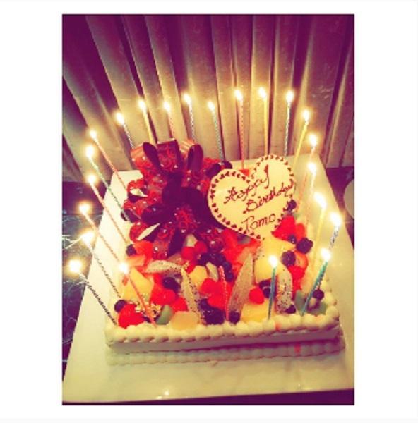 特大の誕生日ケーキ(画像は『板野友美 Instagram』より)