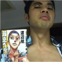 """【エンタがビタミン♪】小島よしお、熱い漫画キャラと""""激似""""ショット。ファンも「そっくり!」と爆笑。"""