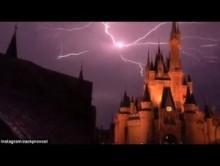 【海外発!Breaking News】まさにショー! 米ディズニーワールドのシンデレラ城で激しい雷