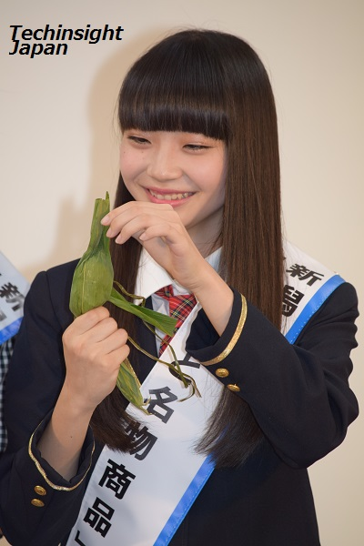 「笹団子は甘くておいしい」とコメントする荻野由佳