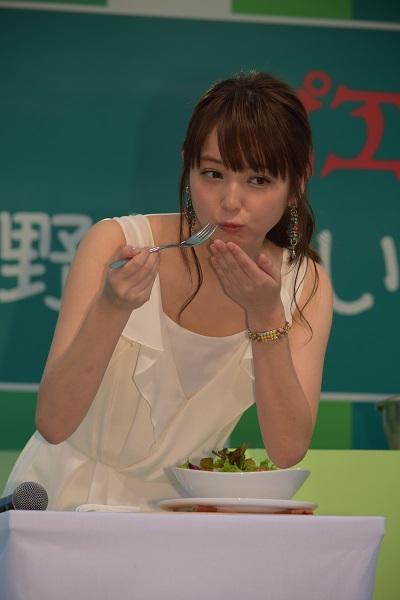 ピエトロ社長・村田邦彦氏が、ステージで手作りしたドレッシングがかかったサラダを試食する佐々木希