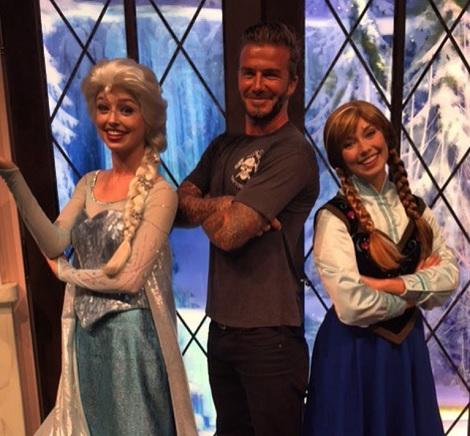 【イタすぎるセレブ達】ベッカム一家、ディズニーランドへ。デヴィッドは娘のためアナ雪キャラと「ハイポーズ」