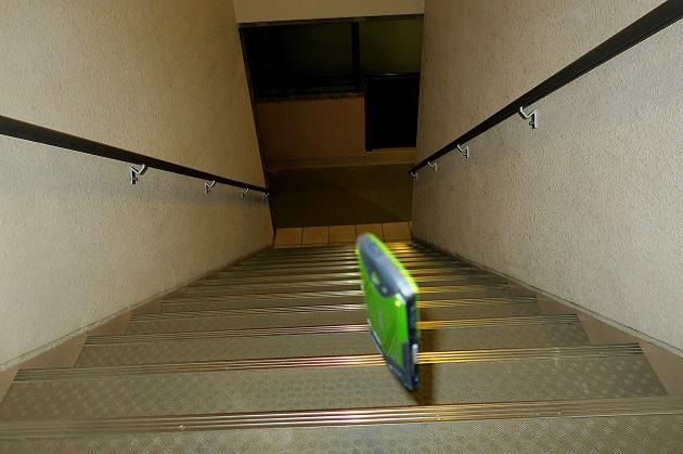 まずは階段の上から落とす実験