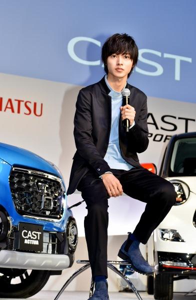 「軽っぽくなくて、凄くどこかに行きたくなる」新車の魅力を語る 山崎賢人