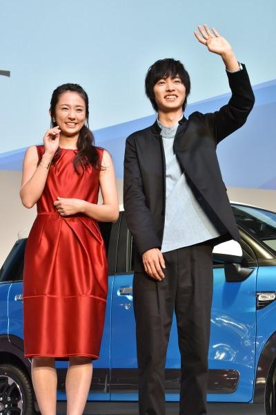 テレビカメラに向けて手を振る 山崎賢人と木村文乃