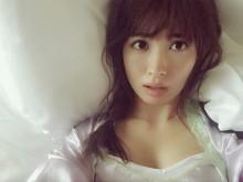 【エンタがビタミン♪】小嶋陽菜、セクシー番長健在。ベッドショットだけでも「イイ女」。