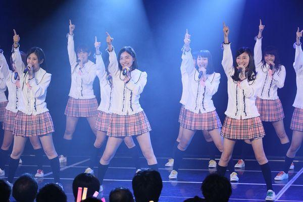 前列右から1期生の大矢真那、松井珠理奈 (C)AKS