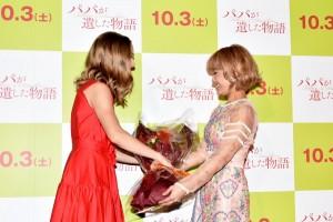 アマンダ・サイフリッドに花束を渡す IMALU