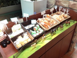 『UMAJO』向けのスイーツやパンを購入できる。