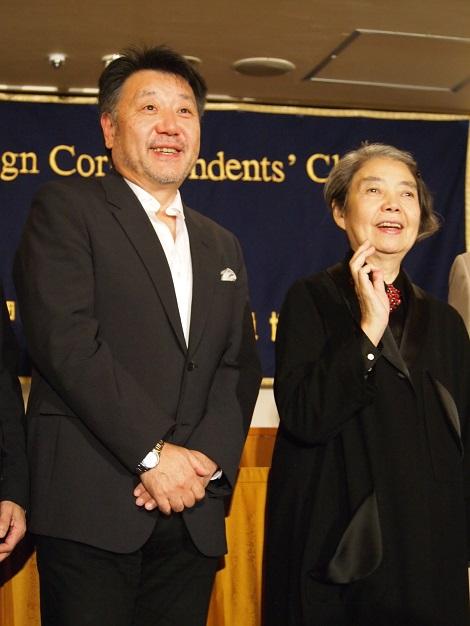 記者会見に登壇した原田眞人監督と樹木希林
