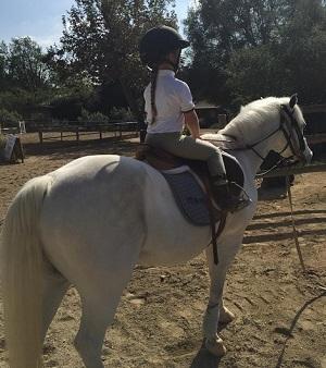 【イタすぎるセレブ達】ベッカム家の末っ子ハーパーちゃん4歳、乗馬を満喫。