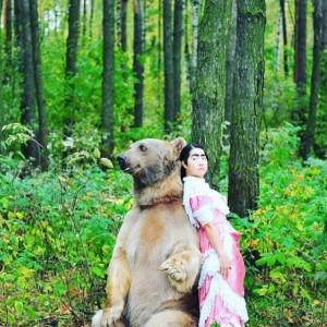 ヒグマとツーショット(画像は『イモトアヤコ Instagram』より)