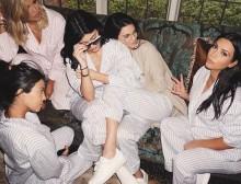 【イタすぎるセレブ達】キム・カーダシアン、妹達とパジャマ姿で集結。渦中のクロエも駆けつけた!