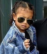 【イタすぎるセレブ達】カニエ&キムの長女2歳、パパラッチにキレる「写真はダメって言ったわよ!」