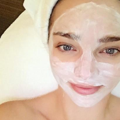 【イタすぎるセレブ達】ミランダ・カー、体をはって自社製品をPR。シャワーシーンも。
