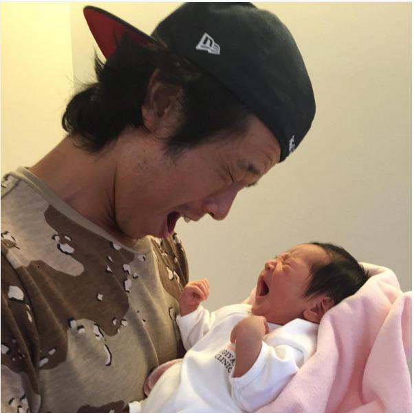 生まれて間もない長女をあやす庄司智春。(画像は『instagram.com/tomoharushoji』より)