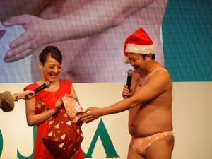 とにかく明るい安村からパンツを贈られた西川史子