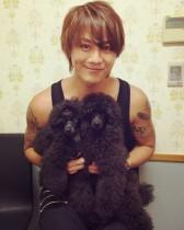 【エンタがビタミン♪】TAKAHIRO、プードルを抱えた癒しショットにファン歓喜。