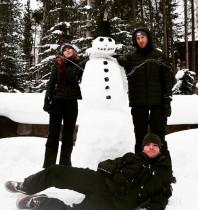 【イタすぎるセレブ達】テイラー・スウィフト、恋人カルヴィンと雪だるま作りを楽しむ。