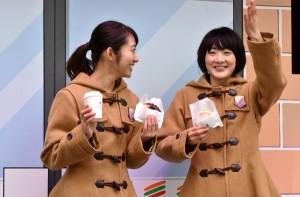 大雨となった屋外のイベントでも笑顔 生駒里奈と桜井玲香