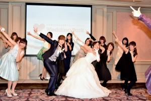 """""""ハートダンス""""のレクチャーを受けるキンタロー。と菊地亜美、ブロガーも一緒に"""