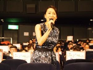 観客と主題歌を熱唱する一青窈