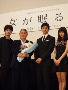 共演の西島秀俊、忽那汐里、新井浩文と花束を抱えたビートたけし