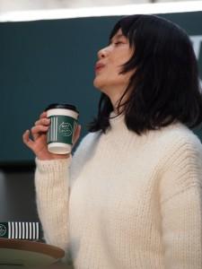 カフェオレを飲んで「ふぅー」と原田知世